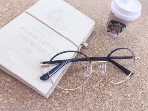 おうち時間も可愛く盛れるメガネで♡